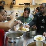 Alberto Moreno imparte cursos de cocina para la integración en Madrid, ofreciendo una oportunidad laboral a inmigrantes de veinte países