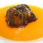 La falsa ciruela rellena de foie cocido a baja temperatura, caldo mentolado y caramelizado con vainilla en rama de Marbella