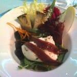 Ensalada de tomate ralf con corazones de alcachofa, queso mozzarella, anchoa y ocra