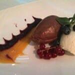 Mousse de chocolate blanco y negro, acompañado con Mistela de uva Boral