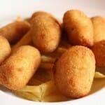 Croquetas de EL GALLINERO sobre un lecho de patatas paja