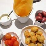 Aperitivos: aceitunas, patatas fritas con ali oli y tomates cherry