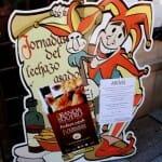 Un gracioso cartel proporciona a los viandantes información sobre el menú y las Jornadas del Lechazo