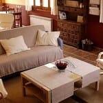 Barbacán dispone de un agradanble salón con encanto, fresco en verano y con estufa en imvierno