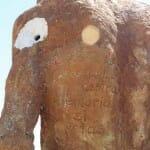 Detalle de una de las esculturas tiroteadas