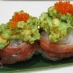 Espectacular sushi de anchoa con hueva de pez volador y aguacate