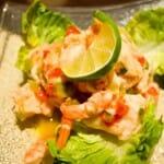 Cebiche de pescado blanco y langostino cocido, acompañado de cilantro y zumo de lima y limón