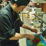 El chef Wane dirige un equipo muy disciplinado de cocineros