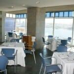 La sala del restaurante Domus destaca por su pared acristalada con vistas espectaculares de A Coruña
