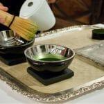 Preparación en mesa del Té de prifollo, sopa fría de color verdoso