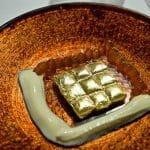 Huevas de salmón, acompañadas de raviolis en papel oro y crema