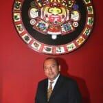 Armando Oropeza, bajo el sol maya que preside la pared frontal de Mestizo
