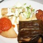 Aperitivos mexicanos variados: Taco dorado con lechuga, nata y pollo, Quesadilla, Jalapeño relleno de queso chedar y Tamal