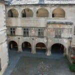 Patio central del Castillo de Isogne, con su fuente de granado en hierro forjado