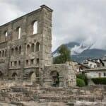 Los restos del teatro romano componen un singular paisaje junto a las montañas del valle