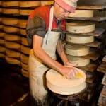 Durante quince días, después de haberse hecho el queso, se les añade sal un día y se les cepilla al siguiente