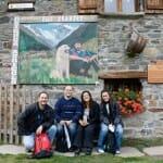 Moreno, Héctor, Eva y Esther, en un descanso del viaje que dio lugar a este artículo