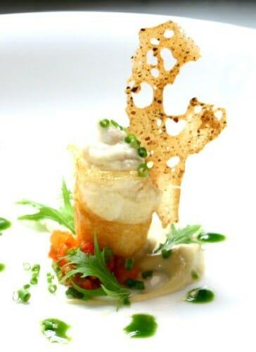 Patatas rellenas de bacalao con caldo de pimientos