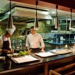 La cocina de vista abierta de Portal Fosc, uno de los detalles de buen gusto del local