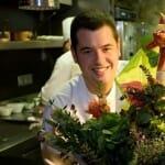Jordi Garrido, junto a las hierbas que usa de forma excelente para aderezar sus platos