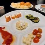 Aperitivos: rollitos de salmón, rodajas de calabacin a la brasa, pimientos asados, ensalada de queso y tomate, y ensaladilla