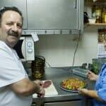 Manolo y Rosa Mari, en plena faena en la cocina