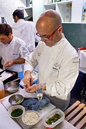 Ricardo Sanz, preparando sushi en el Mercado de San Miguel nada más recibir su estrella Michelin
