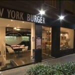 New York Burger tiene una fachada acristalada con cocina vista junto a la entrada