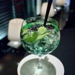 Ginmint Tonic, con ginebra, moras, zumo de limón, licor de menta, tónica y hierbabuena