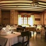 El comedor de La Dorada es amplio, con muros de ladrillo visto y detalles marineros