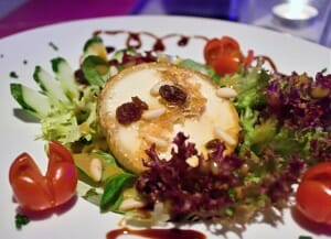 Ensalada de queso con frutos secos y arándanos