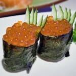 Niguiri Sushi con huevas de salmón