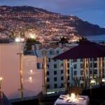 Impresionante vista nocturna desde la terraza del hotel The Vine