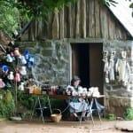 En medio de un paseo por el bosque uno puede encontrarse pequeñas tiendas con tanto encanto como esta