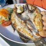 Los extraordinarios pescados a la plancha de la isla se sirven con patatas con mojo y ensalada