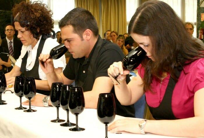 Los sumilleres deben guiarse únicamente por su olfato para identificar y describir cinco vinos presentados en copas negras