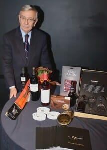 Rafael Ansón junto a los productos de Elite Gourmet durante su    presentación oficial