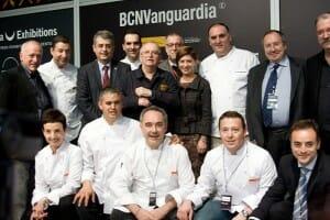 Elena Espinosa rodeada de los cocineros