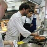 José Luis Estevan, en la cocina de Lágrimas Negras junto a su equipo