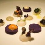 Zamburiñas marinadas con caviar de Riofrío, patata violeta y crema de cebolla