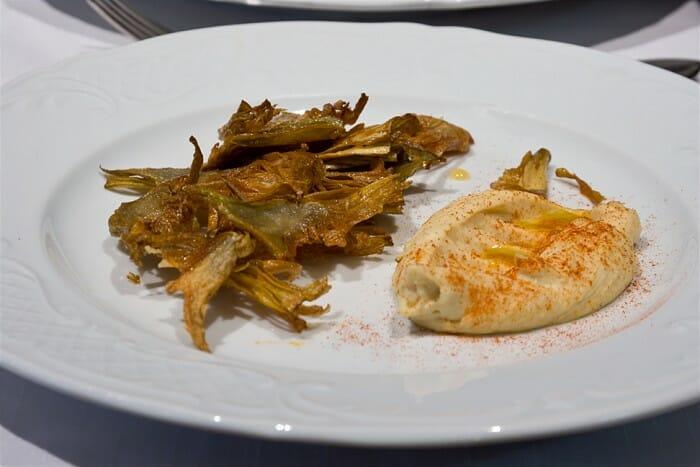 Alcachofas con miel de romero y hummus de garbanzos