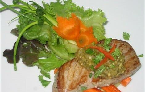 Pescado a la plancha con verduras y salsa picante