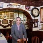 Alfonso Delgado junto al arco y los motivos taurinos que visten la sala de Casa Alberto