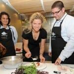 Kim Clijsters, que acudió a Lamoraga junto a Conchita Martínez, demostró que la cocina no se le da nada mal