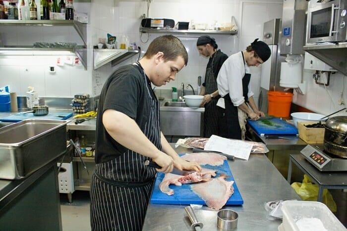 David Muñoz, en la cocina de Diverxo junto a parte de su equipo
