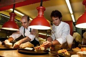 Nino Redruello, a la derecha de la imagen, en la cocina vista de La Gabinoteca