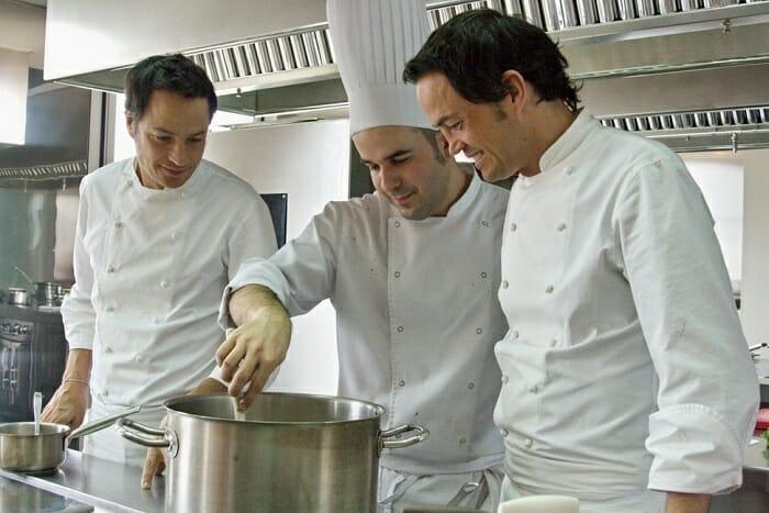 Los hermanos, de trato amable y exquisito, se reparten las tareas de la cocina con un orden natural
