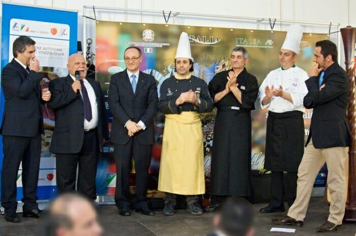 Los organizadores del evento y los asistentes dan gracias a los tres chefs por el menú italiano que prepararon