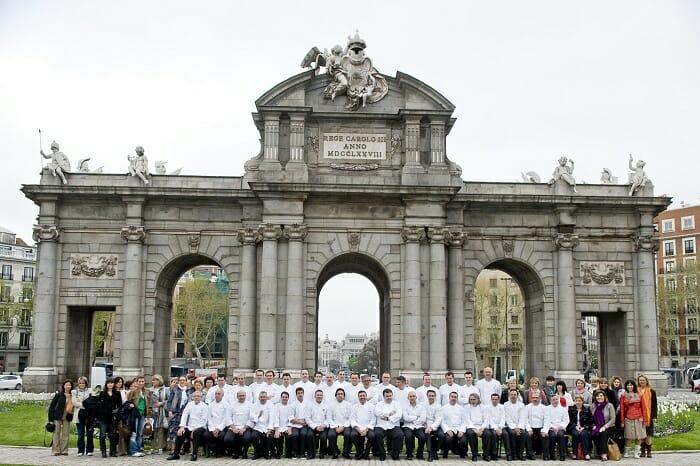Foto de familia de los pasteleros en la Puerta de Alcalá