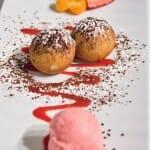 Buñuelos de chocolate con helado de fresa